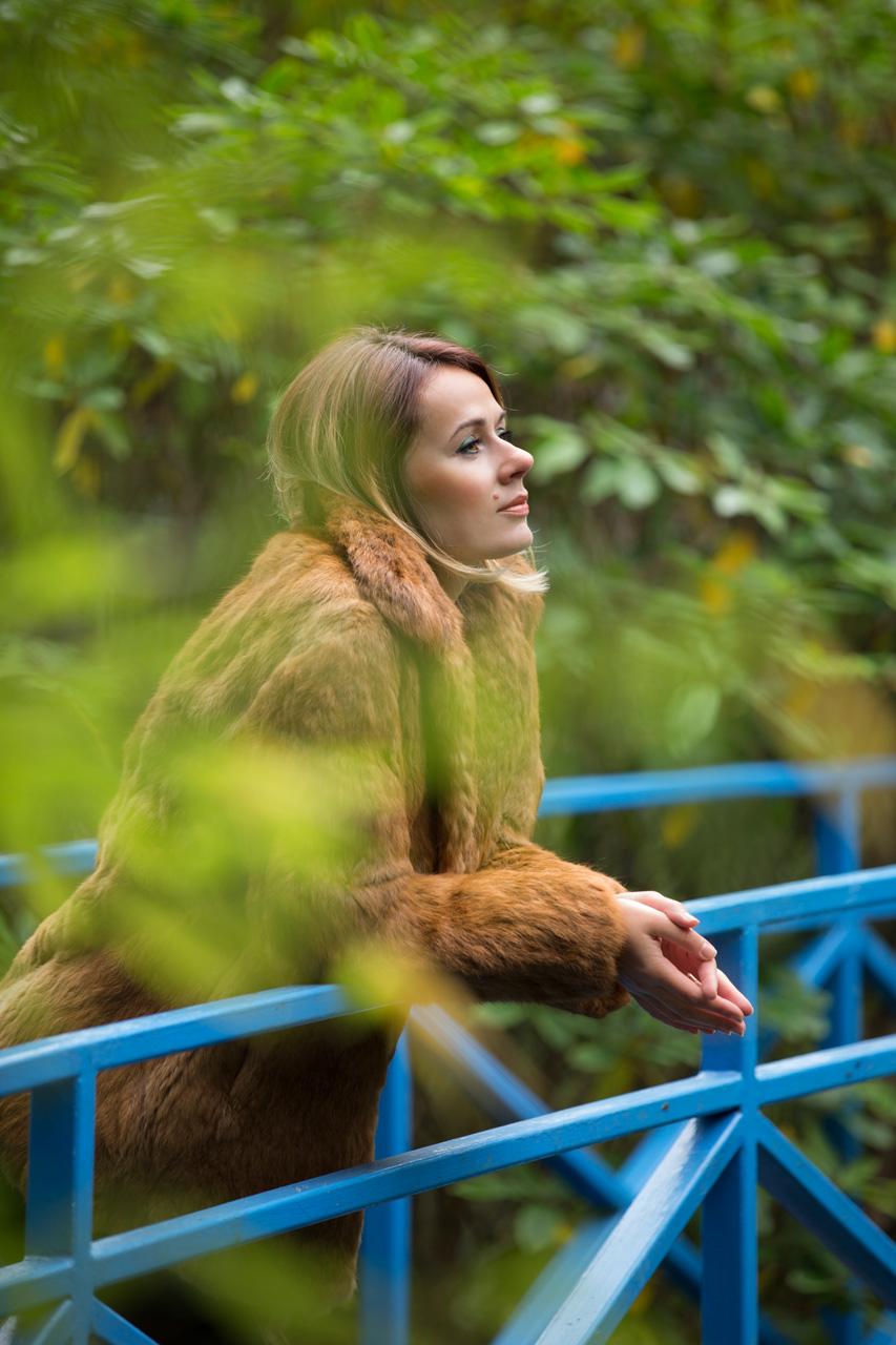 portrait photographer aberdeen, johnston gardens, portrait of woman on bridge, anna wytrazek photography