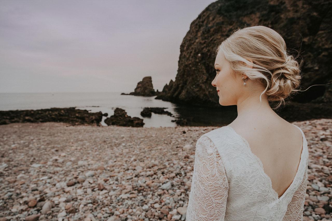 Anna Wytrazek Photoraphy, Wedding photographer Aberdeen, bride on the beach